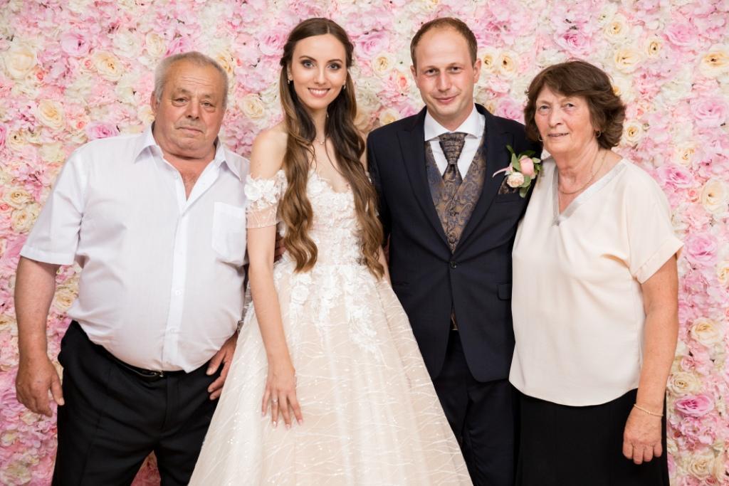 Mlado manželia s rodičmi pred 3D kvetinovým fotopozadím rozmeru 240x220 cm