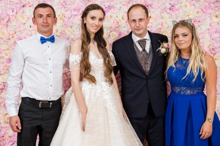 Novomanželia v spoločnosti ďalšieho páru odfotený pred 3D kvetinovým fotopozadím rozmeru 240x220 cm