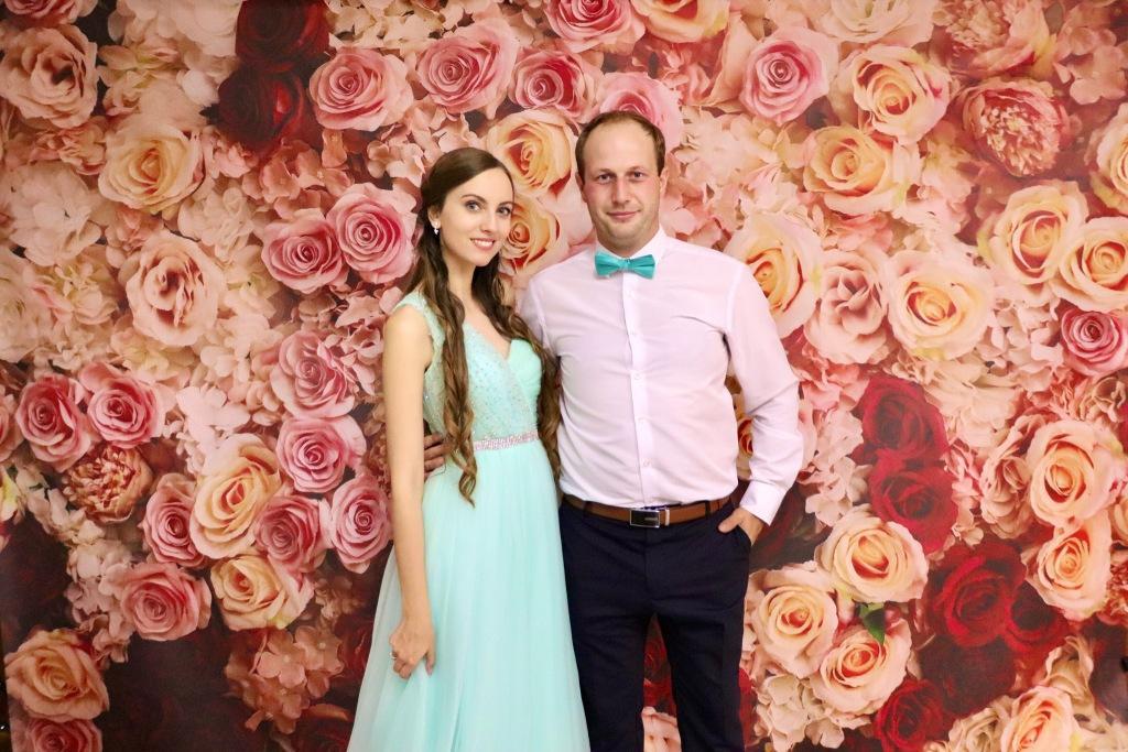 Mladý pár v spoločenských šatách pred kvetinovým vynilovým fotopozadím rozmeru 290x230cm